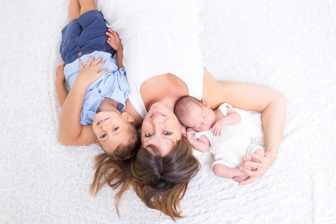 Foto newborn con fratellino